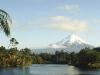 Mt. Taranaki (auch Mt. Egmont) vom Lake Mangamahoe, Nordinsel, Neuseeland