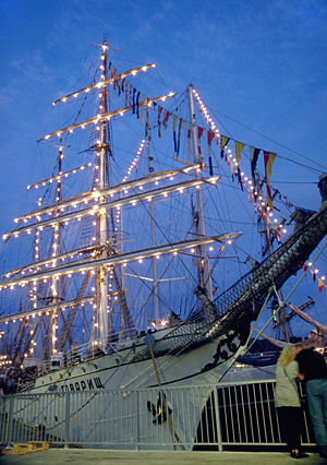 "Das Segelschiff ""Towarischtsch"" (ehemals Gorch Fock) während des Cutty Sark Tall Ship Races 1993 in Bergen, Norwegen"