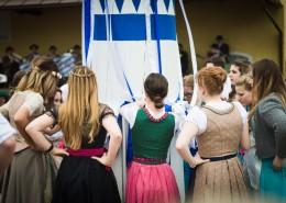 Traditioneller bayrischer Bandltanz um den Maibaum der Goldacher Buam