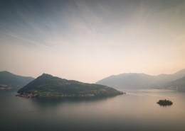 Die Inseln Monte Isola und ISola di Loreto im Iseo-See bei Sonne