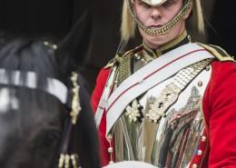 Portrait eines berittenen Wachsoldaten des Household Cavalry Mounted Regiment am Horse Guards Gebäude in London