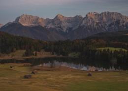Alpenglühen des Karwendel am Geroldsee nach Sonnenuntergang,Bayern,Deutschland