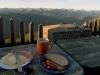 Bergsteiger-Frühstück mit Panorama auf der Tegernseer Hütte, Bayern, Deutschland