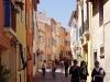 Farbenfrohe Gasse in Frejus, Cote d\'Azur, Frankreich