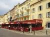 Die berühmte Hafenzeile mit den Bars und Cafés von St. Tropez, Cote d\'Azur, Frankreich