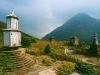 Gräber des Po Lin Klosters und Blick auf den Lantau Peak, Lantau Island, Hongkong, China