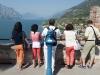 Besucher blicken vom Turm des Kastell in Malcesine, Gardasee, Italien
