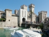 Die Altstadt von Sirmione wird durch das alte Scaligerkastell erreicht, Gardasee, Italien
