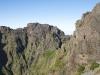 Wanderweg durch eine Felswand des Pico des Torres, Madeira, Portugal