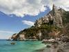 Kletterfelsen über der Bucht Cala Goloritzé an der Ostküste Sardiniens, Italien