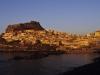 Die Altstadt und Festung von Castelsardo leuchtet im Sonnenuntergang, Sardinien, Italien
