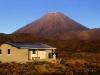 Oturere-Hut vor dem Vulkan Ngauruhoe, Tongariro Nationalpark, Nordinsel Neuseeland