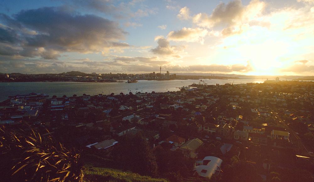Der Mt.Victoria im Stadtteil Devonport ist ein perfekter Sunset-Spot, um die Skyline und den Hafen von Auckland, Neuseeland, zu geniessen