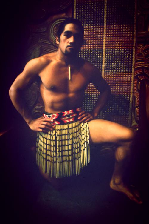 Dieser Maori führt traditionelle Tänze im Museum von Auckland vor