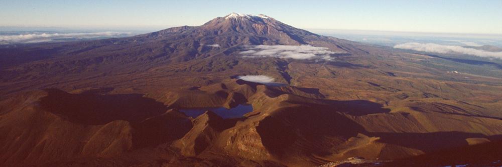 Aussicht vom Mt. Ngauruhoe auf den höchsten Berg der neuseelandischen Nordinsel, den Mt.Ruapehu, im Tongariro Nationalpark, Neuseeland