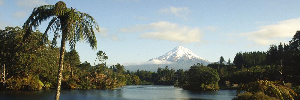 Der Vulkan Taranaki an der Ostküste der Nordindsel Neuseelands im Winterkleid.