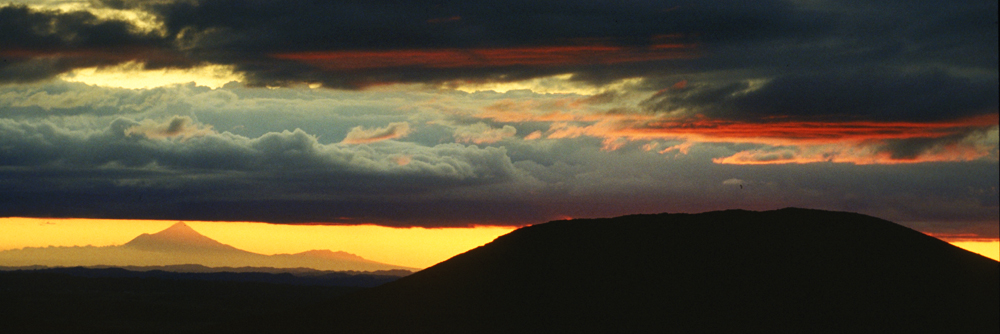 Fernblick auf den Mt. Taranaki von der Mangatepopu Hut im Tongariro Nationalpark, Neuseeland