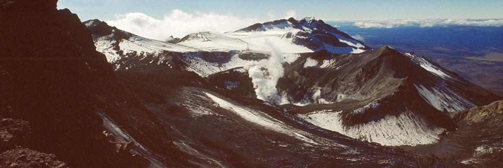 Eine anspruchsvolle Tour über Eis, Geröll und loses Felsgestein, die zu einer beeindruckenden Aussicht über die gesamte neuseeländische Nordinsel und dem apokalyptischen Krater führt.