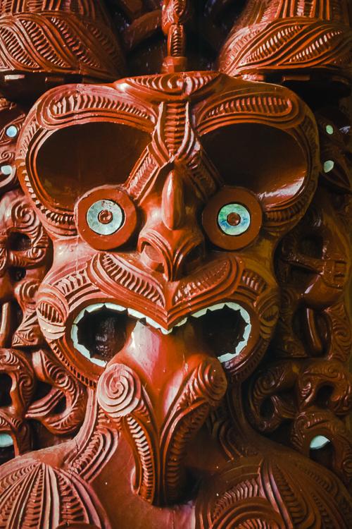 Bis zur Ankunft der Europäer überlieferten die Maoris ihre Legenden und Geschichten mit geschnitzten Holztafeln in ihren Versammlungshäusern in Neuseeland