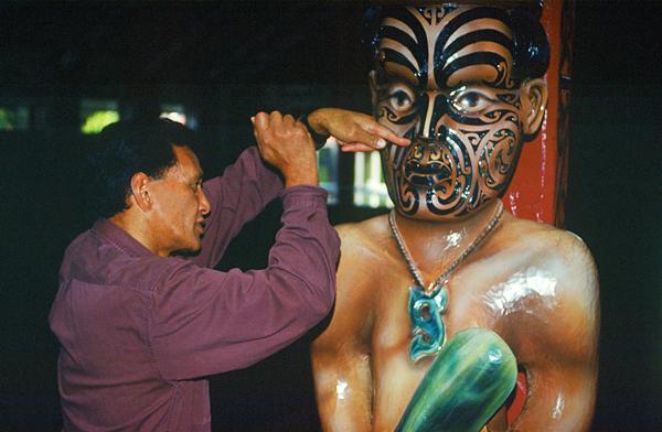 Maori erklärt die Schnitzereien im Marae