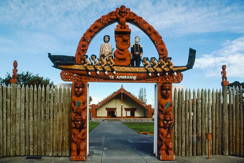 Das Tor mit den prominenten Schnitzereien Te Amorangi markiert den Eingang zum sprituellen wie kulturellen Zentrum der Maori-Gemeinde: dem Marae (Christchurch, Neuseeland)