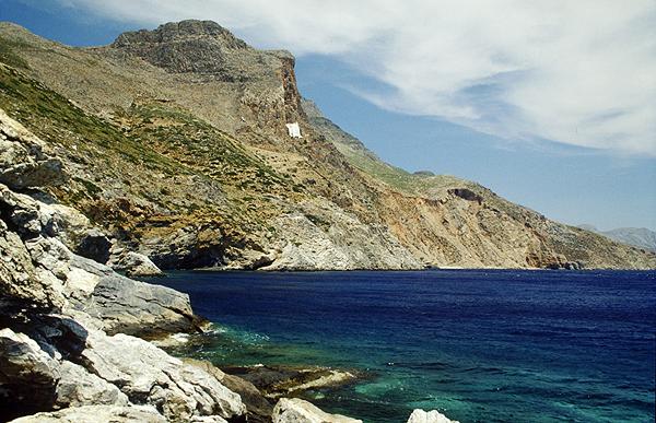 Blick von Strand Agia Anna auf das Kloster Chosoviotissa, Amorgos
