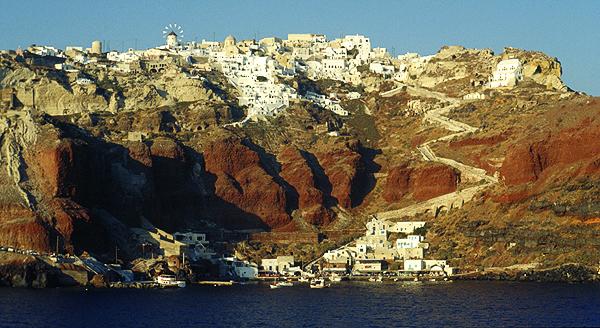Der Ort Oia auf dem Rand der Steiküste von Santorini