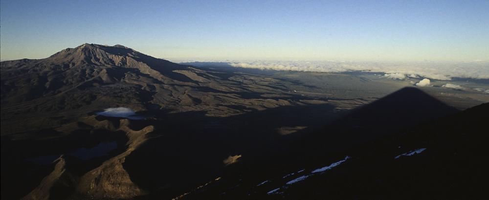 Sonnenaufgang am Ruapehu vom Gipfel des Vulkan Ngauruhoe, Tongariro Nationalpark, Neuseeland