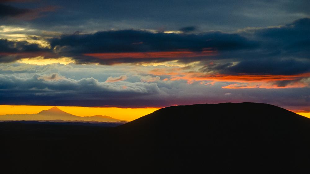 Fernblick auf den Mt. Taranaki von der Mangatepopu Hut im Tongariro Nationalpark