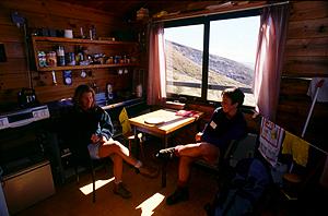 Ranger im Hüttenwart-Quartier der Ketetahi-Hütte, Tongariro Nationalpark, Nordinsel Neuseeland