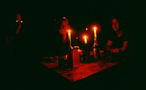 Wanderer bei Kerzenschein in einer Hütte, Tongariro Nationalpark, Nordinsel Neuseeland