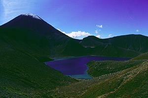 Upper Tama Lake vor dem Vulkan Ngauruhoe, Tongariro Nationalpark, Neuseeland