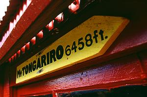 Wegweiser zum Tongariro an der Old Waihohonu Hut, Tongariro Nationalpark, Nordinsel Neuseeland