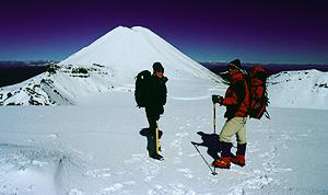 Bergsteiger am Red Crater im Winter, Tongariro Nationalpark Neuseeland