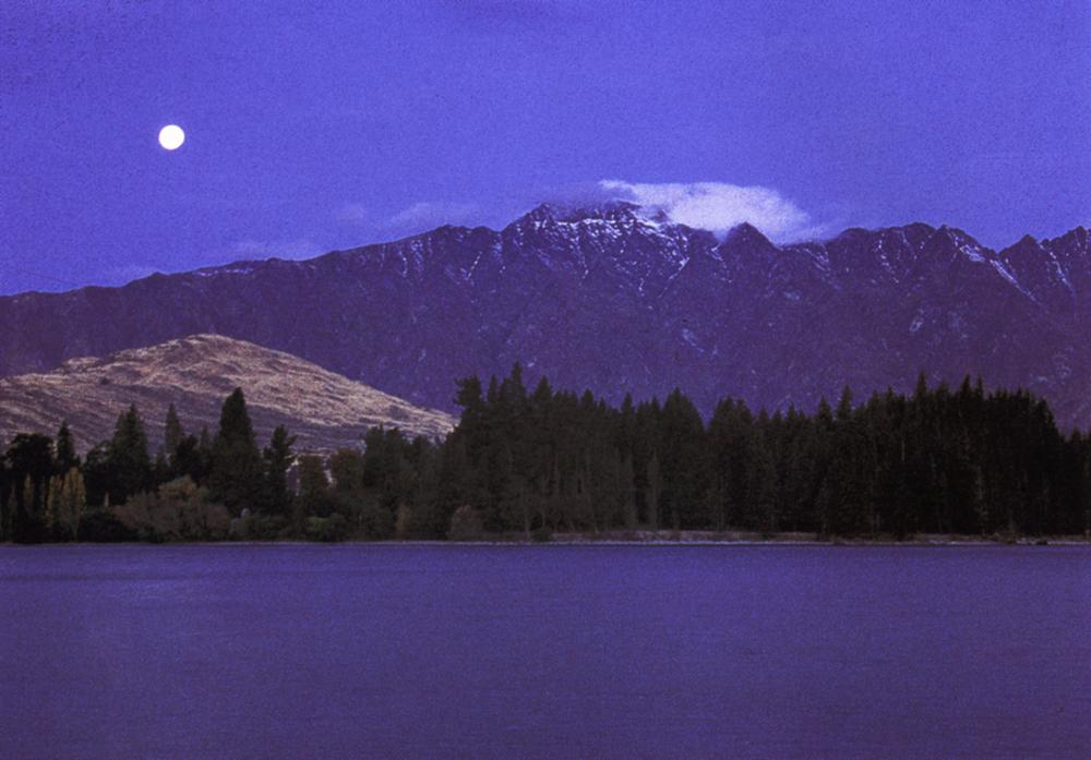 Vollmond über Lake Wakatipu und Queenstown auf der neuseeländischen Südinsel
