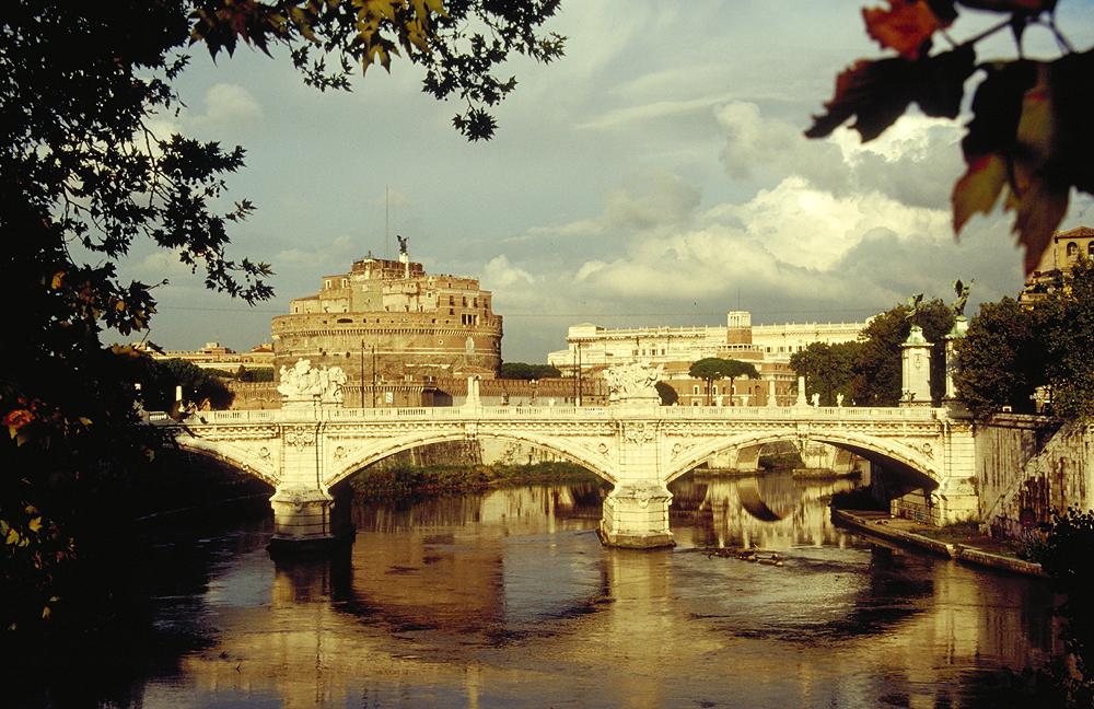 Nur wenige hundert Meter entfernt vom Vatikan liegt die Engelsburg am Tiber, ursprünglich als Mausoleum gebaut und später zur Festung umfunktioniert.
