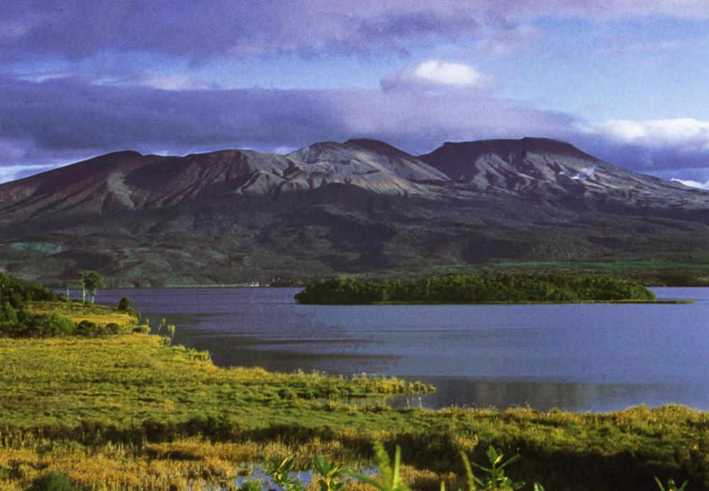 Einer der Great Walks Neuseelands endet an den Nordhängen des Massivs in einer beeindruckenden alpinen Landschaft mit aktiven Vulkanen des Tongariro Nationalparks