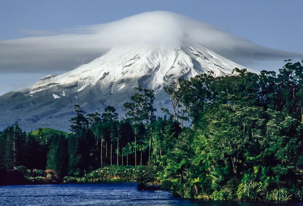 Heiliger Bezirk der Maoris - der Vulkan Taranaki an der Westküste der Nordinsel Neuseelands