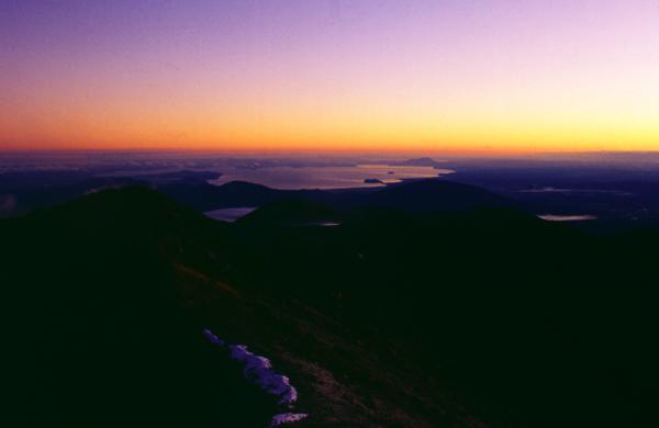 Auf dem Gipfel des Ngauruhoe zum Sonnenaufgang über der Nordinsel, Tongariro Nationalpark, Neuseeland