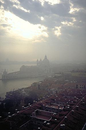 Blick vom Campanile am Markusplatz auf St. Maria della Salute am Canal Grande, Venedig, Italien