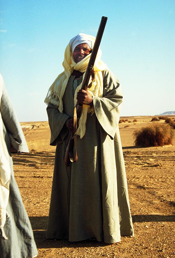 Ein Jäger präsentiert stolz seine Waffe, Nahe Oase Farafra, Ägypten