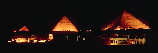 Nachtaufname der Sound & Lightshow an den Pyramiden von Gizeh, Kairo, Ägypten