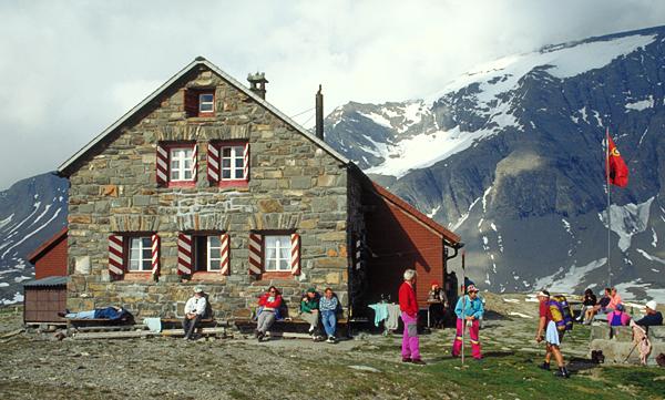 Die Muttseehhuette SAC (2501 m) vor dem Ruchi (3107 m), Graubünden, Schweiz