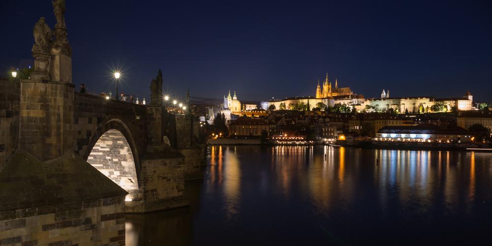 Ansicht der Karlsbrücke und Prager Burg bei Nacht, Prag, Tschechien
