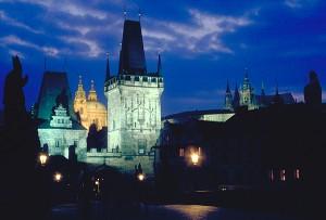 Karlsbrücke, Kleinseiter Brückenturm, St. Nikolaus und Prager Burg am Abend, Prag, Tschechien