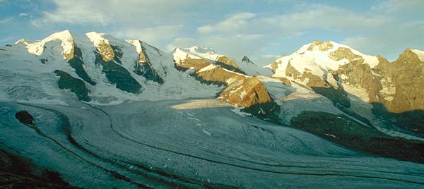 Panorama von Piz Palü und der Bernina im ersten Sonnenlicht von der Diavolezzahütte, Engadin, Graubünden, Schweiz