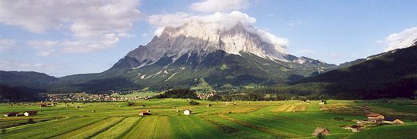 Zugspitze und Wetterstein-Massiv über der Ebene von Leermos, Tirol, Österreich