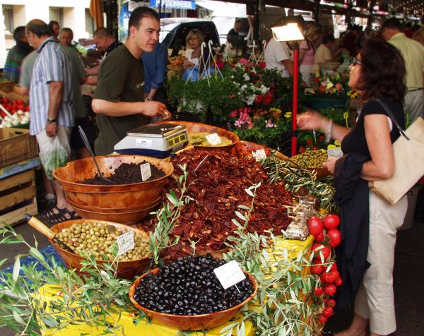 Stand mit mediterranen Produkten auf dem Markt in Antibes, Cote d'Azur, Frankreich