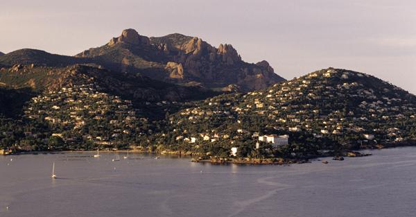 Die Bucht von Agay mit der Siedlung Anthéor und dem Cap Roux, einem Berg des Estérel-Massifs, Cote d'Azur, Frankreich