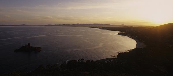 Blick vom Cap Dramont auf den Sonnenuntergang über der Bucht von St.Raphael, Cote d'Azur, Frankreich